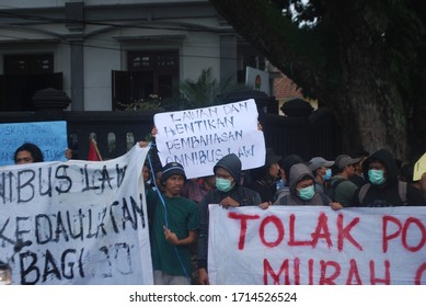 Student Movement throughout Malang held a demonstration to reject of the RUU Omnibus Law Cipta Lapangan Kerja (Cilaka) in front of Malang City Hall on February 24, 2020