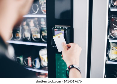 Student using the contactless payment method in a vending machine.