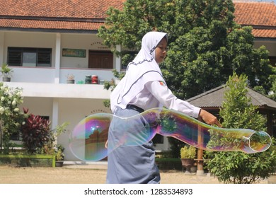 a student is working on the physics task of making rainbow bubbles at SMA PGRI 1 PATI on August 29th, 2017
