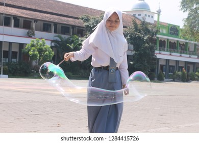 A student is working on the physics task of making rainbow bubbles at SMA PGRi 1 PATI on August 29th,2017