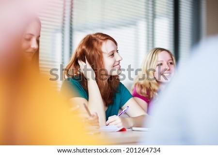 teini-ikäinen opiskelija ja opettaja suku puoli alasti lesbia