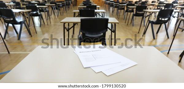 Vista de los ojos de los estudiantes de un examen de matemáticas preparado en una mesa de escritorio. La escuela secundaria vacía está lista para los exámenes finales más importantes.