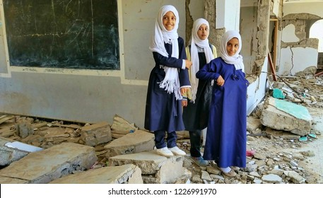 Students inspect their destroyed school - Taiz / Yemen 2018-10-10