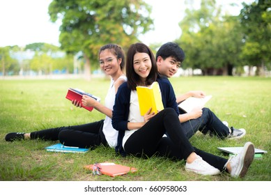 Students sit in the lawn and read books to prepare for school during the summer, modern education teaches self-knowledge.