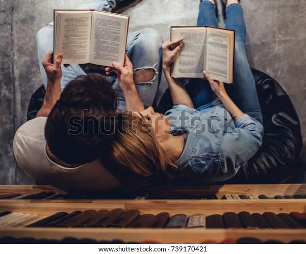 生徒は図書館で勉強している。若い人たちは一緒に過ごしている。ロマンチックな夫婦は本を読みながらキスをしている。