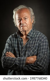Portrait de studio d'un homme vieux et puissant, robuste. Arrière-plan noir