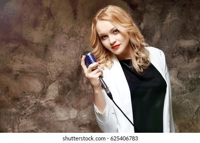 blonde-girl-singers-oldgrannysnaked