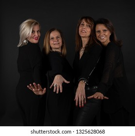 Study session to 4 women of 50 dressed in black with black background
