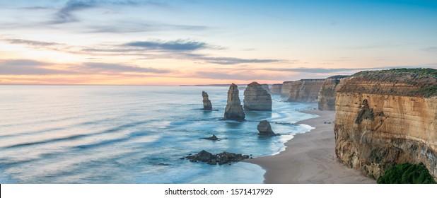グレートオーシャンロード、12人の使徒の美しい夕日の眺め – オーストラリア、ビクトリア。