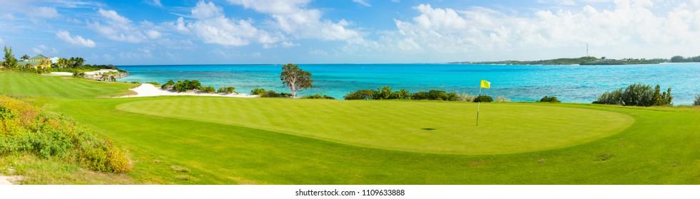 atemberaubende Aussicht auf einen Golfplatz an der Küste