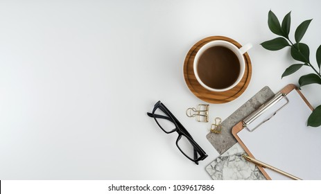 Weißer Schreibtisch für Stockfotografie mit weißem Schreibtisch mit leerem Notebook, Computer, Zubehör und Kaffeetasse. Draufsicht mit Kopienraum. Flat lay.