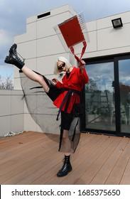 stylisches Mädchenmodell in roter Jacke und schwarzem Rock. Modefotografie.