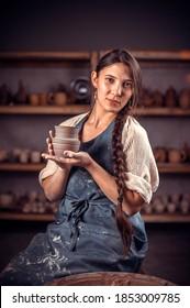 Stilvolle Handwerker-Meister zeigt, wie man mit Ton- und Töpferrad arbeitet. Handwerksindustrie.