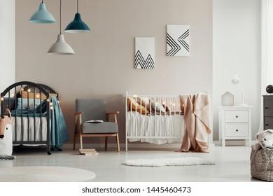 Décoration élégante de la chambre pour enfants avec d'élégants meubles en bois et des affiches accrochées au mur
