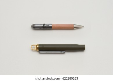 A stylish vintage designed writing pen. It is detachable for easy carry. Olive color brass finishing body combine with wood texture, for collection of daily use.
