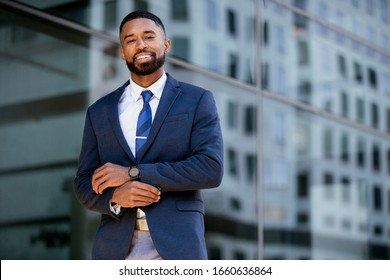 Stylische junge, moderne Geschäftsführerin, Geschäftsführerin im Anzug und Verkettung im urbanen Umfeld