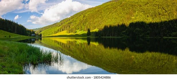 スチリアン・タウエルンのスチリアン・ボデンゼー語 – オーストリア。 この湖はシーウィッタル渓谷の海抜1.143メートルだ。 コロナウイルスの大流行後、観光客がいない場所。