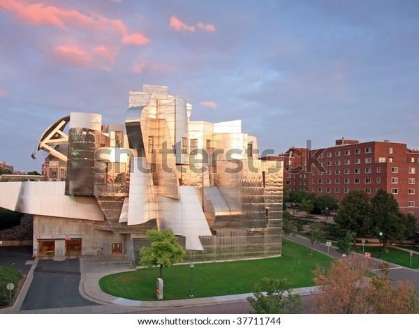 件名:ミシシッピ州の土手にあるフランク・ゲーリーが設計した建築用ランドマーク、フレデリック・ワイスマン美術館:米国ミネソタ州ミネソタ大学ミネアポリス、ミネソタ大学