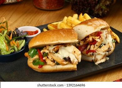 Submarine Baguette-Hühnerbroch mit geschmolzenem Käse, Gemüse und Pommes frites