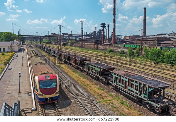 suburban-train-that-delivers-workers-600