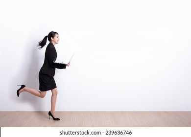 Erfolgreiche Geschäftsfrau, die den Laptop-Computer mit weißem Hintergrund, hervorragend für Ihr Design oder Ihren Text, asian