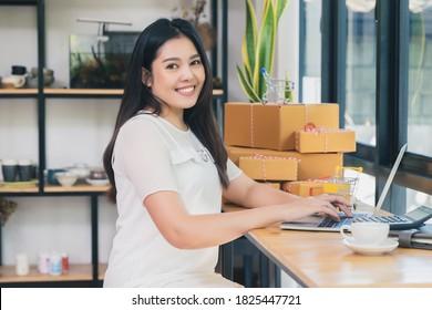 Erfolgreiche Unternehmerin mit Online-Verkauf und Paketversand in ihrem Heimatbüro.
