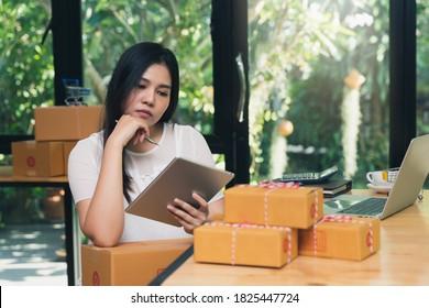 Erfolgreiche Unternehmerin mit Online-Verkauf und Paketversand in ihrem Heimatbüro. Bestellung zur Überprüfung auf Tablette für Frauen.