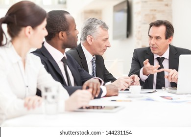 Erfolgreiche Unternehmensgruppe, die an Plänen arbeitet