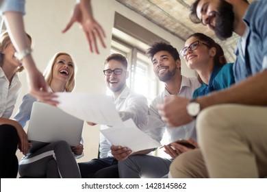 Erfolgreiche glückliche Gruppe von Leuten, die während der Präsentation Software-Engineering und Business lernen
