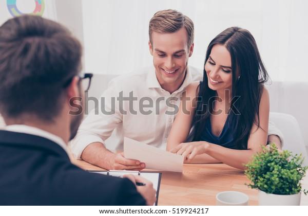 Erfolgreicher Rechtsanwalt, der Familienpaar zum Kauf von Haus berät