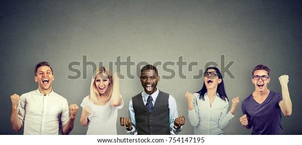 Des gens qui réussissent, hommes et femmes, célèbrent une victoire