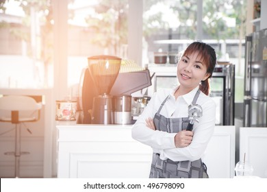 Successful small business owner standing with crossed arms. entrepreneur or entrepreneurship