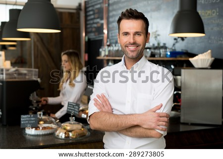 successful small business owner standing crossed の写真素材 今すぐ