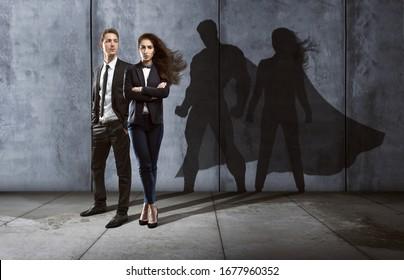 Equipo de negocios exitoso con sombras en forma de heroína