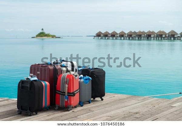 Die Koffer stehen für die Ferien bereit. Auf einer Maldives-Insel, die Koffer für die Ansammlung wartet
