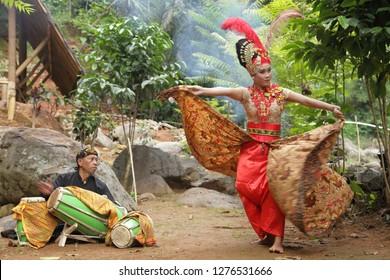 sumedang west java, indonesia. desember 26, 2018 : contemporer sunda dance.