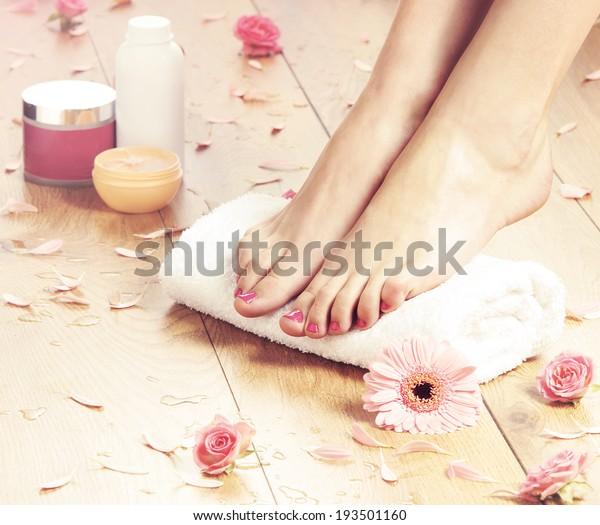 Sommerhintergrund. Schöne weibliche Beine auf Spa-Hintergrund.