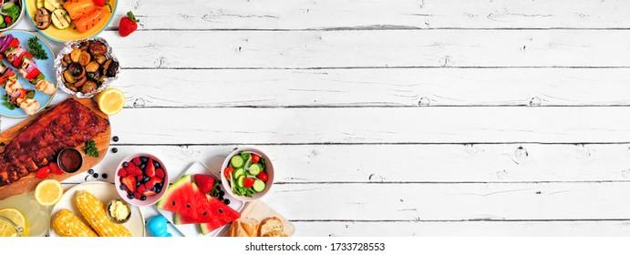 Sommerquartier oder Picknick-Food-Ecke Grenze. Auswahl an gegrilltem Fleisch, Gemüse, Obst, Salat und Kartoffeln. Der Blick über den weißen Holzboden. Kopieren von Speicherplatz.