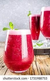 Punch glacé rouge aux baies d'été, boisson fraîche aux fruits, sherbet indien aux Falsa ou cocktail de chiller Phalsa sherbet
