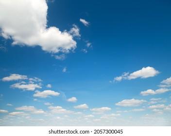 Sommerwolkenbild. Sonniger Tag mit weißen Wolken