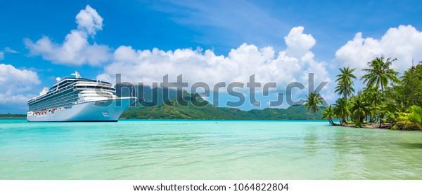 Sommerreisefahrt. Luxuriöses Kreuzfahrtschiff in der Nähe der exotischen tropischen Insel verankert. Panoramaaussicht auf Bora Bora.