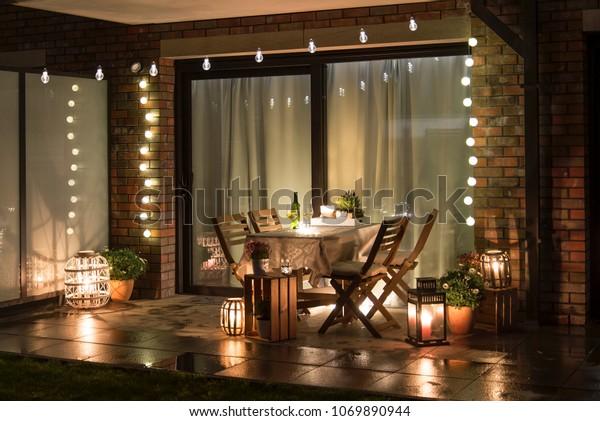 Летний вечер терраса со свечами, вином и огнями