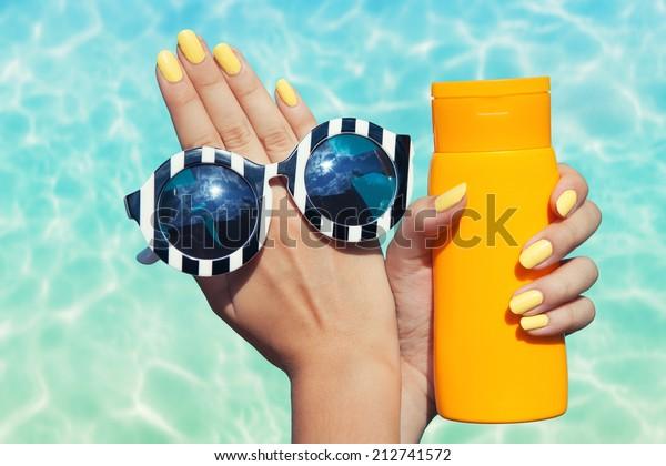 Sommermode- und Schönheitspflegekonzept, Frau am Pool mit Sonnenbrille und Sonnencreme-Lotion