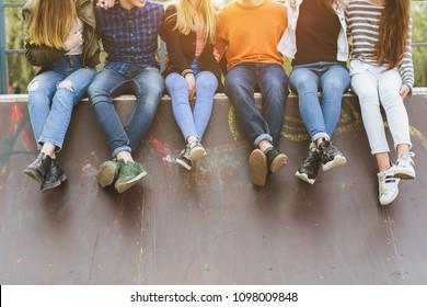 Férias de verão e conceito de adolescente - grupo de adolescentes sorridentes com skate saindo do lado de fora.