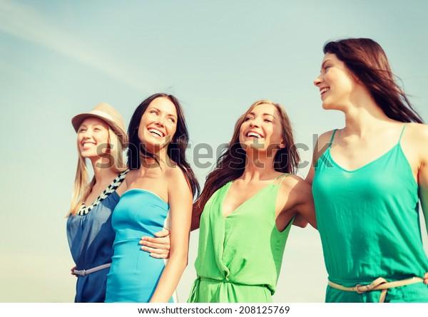 Sommerferien und Urlaubskonzept - Lächelnde Mädchen am Strand