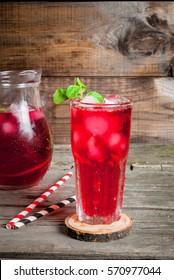 Boissons glacées d'été - thé ou jus de fruits avec de la glace et de la menthe. Sur une table en bois rustique, espace pour copie