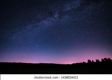 La Voie Lactée d'été dans le ciel nocturne.