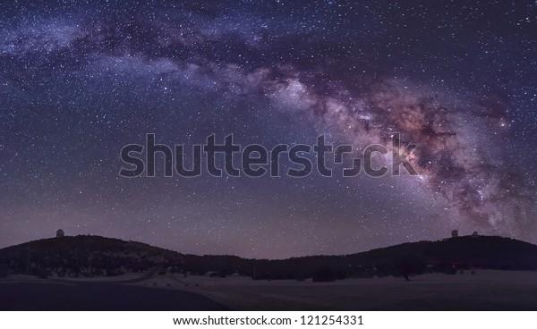 La Via Lattea estiva sorge sopra l'Osservatorio MacDonald vicino a Fort Davis, Texas.