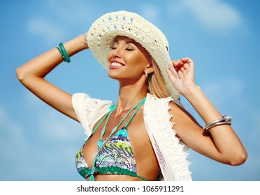 Summer portrait of beautiful smiling woman in hat