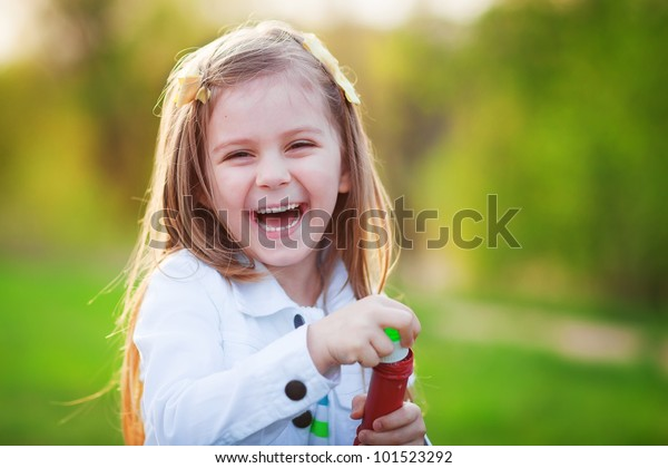 Летний портрет счастливого милого ребенка